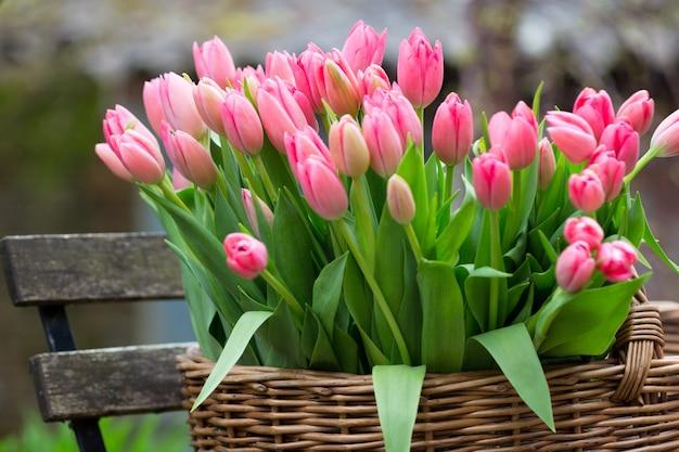 Mand met tulpen
