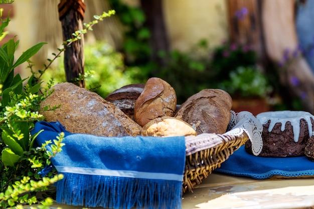 Mand met vers brood op de tafel buiten het huis