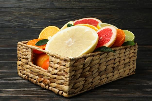 Mand met verse citrusvruchten op houten tafel