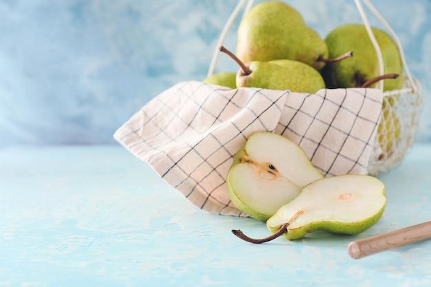 Mand met verse rijpe peren op tafel
