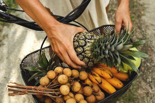 Mand op de fiets vol met verschillende exotische vruchten