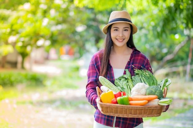 Mand van vrouwen de dragende groenten met onduidelijk beeldruimte