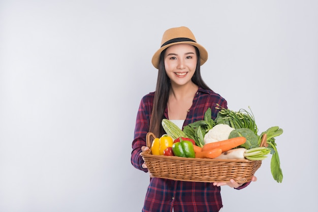 Mand van vrouwen de dragende groenten op witte ruimte