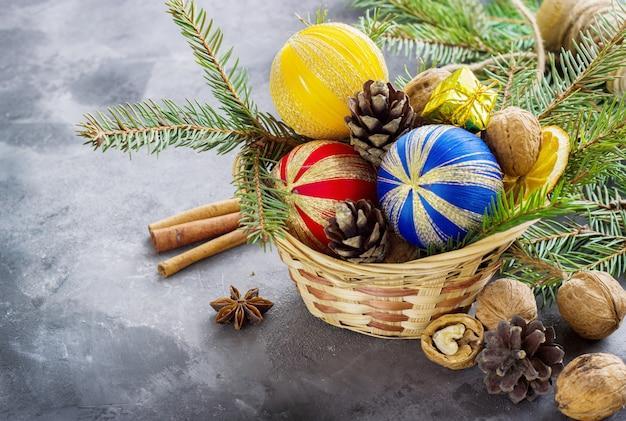 Mand vol kerstattributen en huidige dozen op een donkere ondergrond. kerst samenstelling
