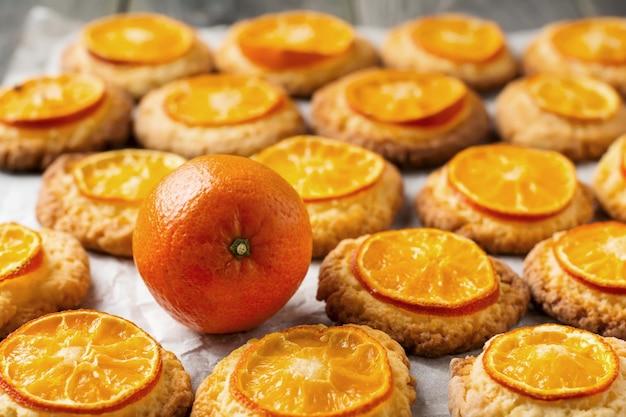 Mandarijn en kerstkoekjes met gesneden mandarijnen. selectieve aandacht.