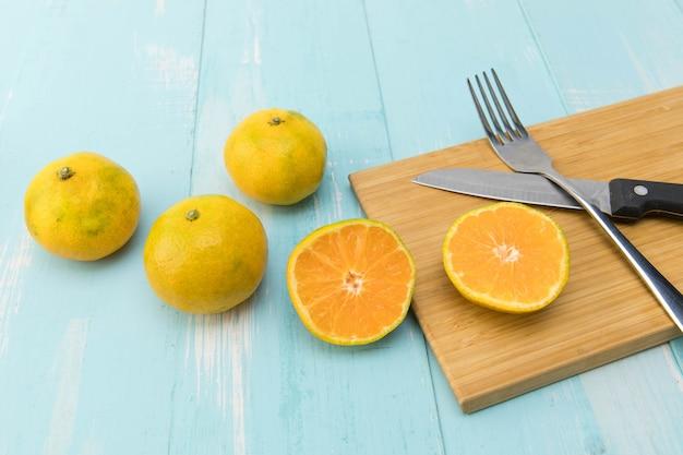Mandarijn issolated op mand op blauwe houten tafel