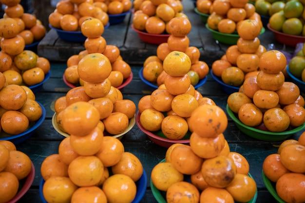 Mandarijn, mandarijn in mand te koop op openluchtmarkt.