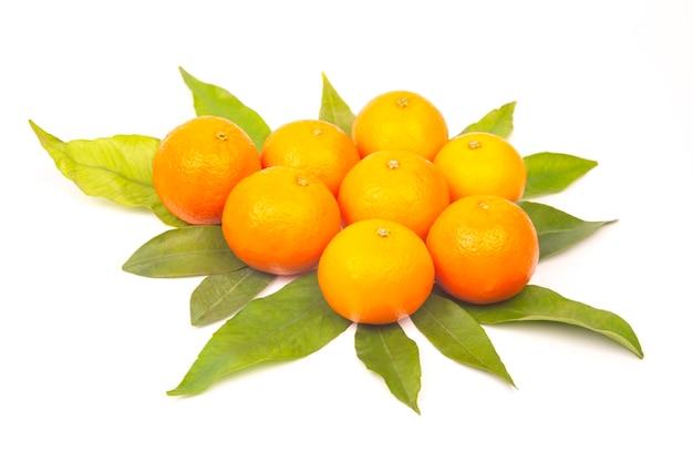 Mandarijn met bladeren op een witte achtergrond. vitamine citrusvruchten