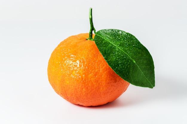 Mandarijn of clementine met groen blad geïsoleerd op een witte ondergrond