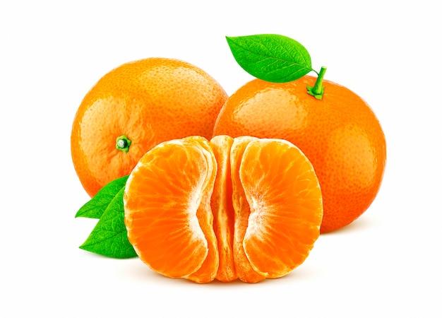 Mandarijn of mandarijn die op witte achtergrond wordt geïsoleerd