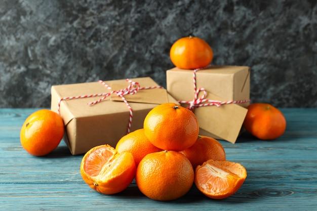 Mandarijnen en geschenkdozen op houten tafel