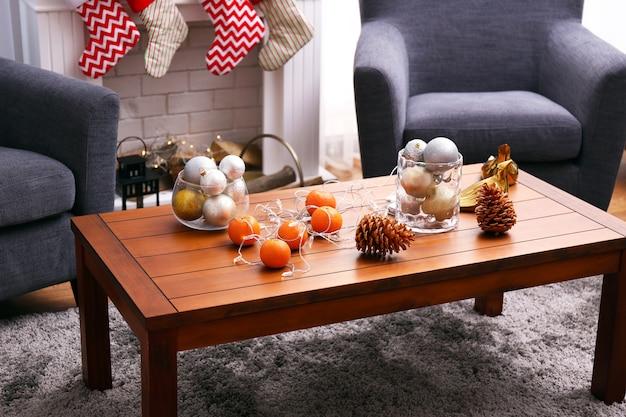 Mandarijnen en kegels op tafel in ingerichte kamer