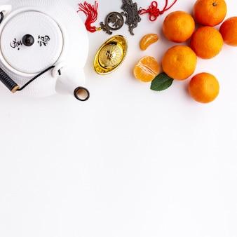 Mandarijnen en theepot chinees nieuw jaar