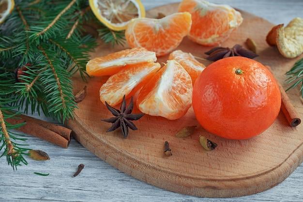 Mandarijnen (mandarijnen), kruiden en dennentakken.