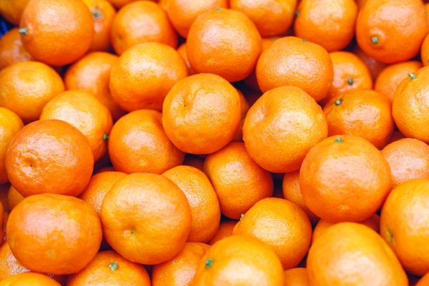Mandarijnen of vers mandarijntjesfruit als achtergrond. biologische mandarijn fruit te koop op de markt, winkel. gezonde voeding, fruit eten concept.