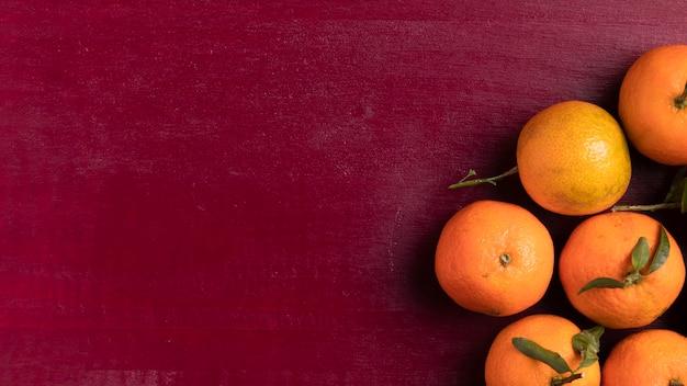 Mandarijnen voor chinees nieuw jaar met rode achtergrond