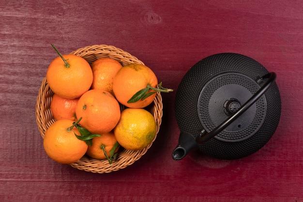 Mandarijnmand en theepot voor chinees nieuw jaar