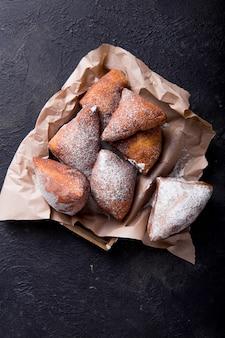 Mandazi is een ietwat zoet oost-afrikaans straatvoedsel. bovenaanzicht van bovenaf