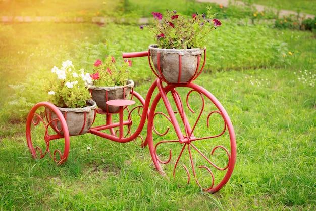 Manden bloembedden in de vorm van een fiets