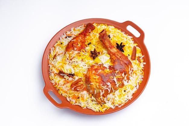 Mandi chicken biryani indiase kip biryani met basmatirijst en gegarneerd met kruiden