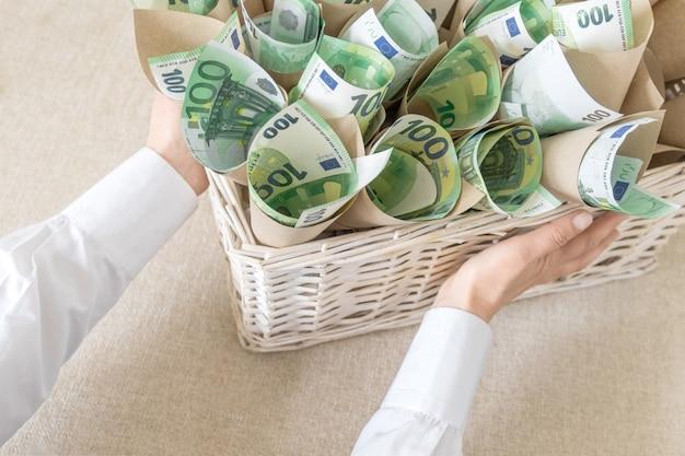 Mandje euro bankbiljetten witte hand honderd achtergrondgeschenk huidig verpakkingspakket