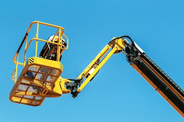 Mandje met automatische hydraulische ontvanger voor de bouw