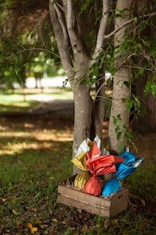 Mandje met braziliaanse easters-eieren onder een boom