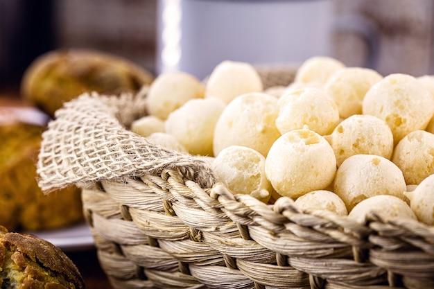 Mandje met knapperige koekjes van maniokmeel. braziliaans koekje genaamd polvilho-koekje, gom of windkoekje.