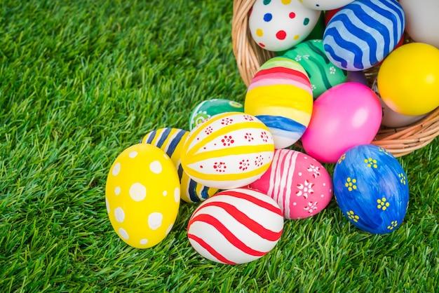 Mandje van de paashaas eieren op vers groen gras