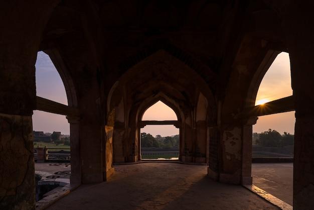 Mandu india, afghaanse ruïnes van islamkoninkrijk, moskeemonument en moslimgraf. kijk door de deur, jahaz mahal.