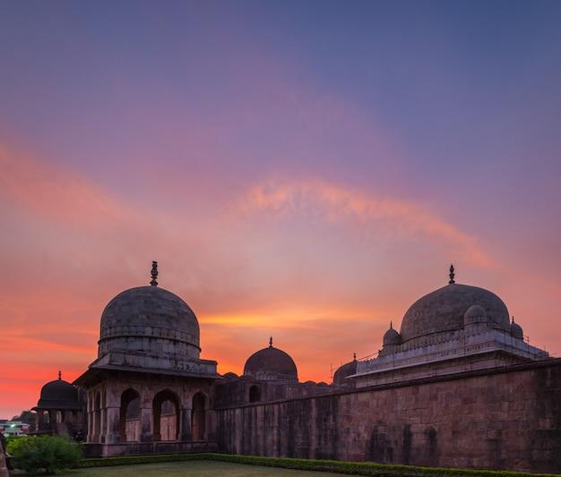 Mandu india, afghaanse ruïnes van islamkoninkrijk, moskeemonument en moslimgraf. kleurrijke hemel bij zonsopgang, ashrafi mahal.