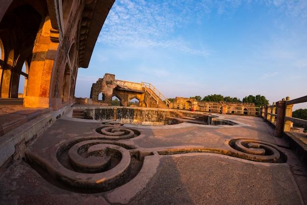 Mandu india, afghaanse ruïnes van islamkoninkrijk, moskeemonument en moslimgraf. waterkanalen en zwembad, jahaz mahal.