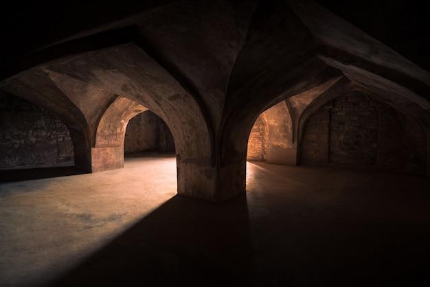 Mandu india, afghaanse ruïnes van islamkoninkrijk, paleisbinnenland, moskeemonument en moslimgraf.