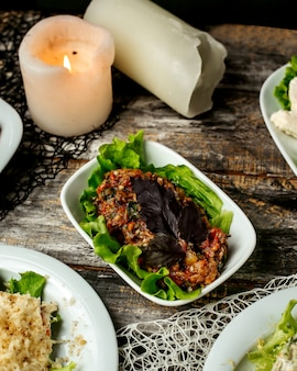 Mangalsalade geserveerd met sla en basilicum