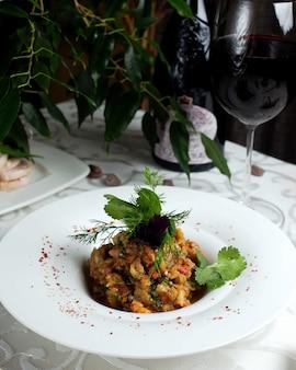 Mangalsalade met glas wijn