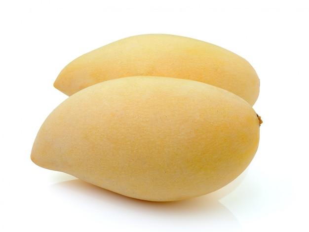 Mango die op witte achtergrond wordt geïsoleerd