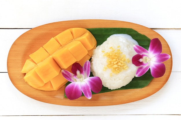 Mango en kleverige rijst is populair traditioneel dessert van thailand.