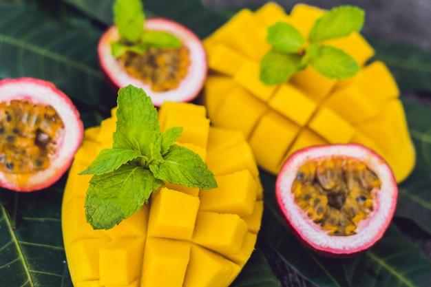 Mango en passievrucht op een oude houten achtergrond