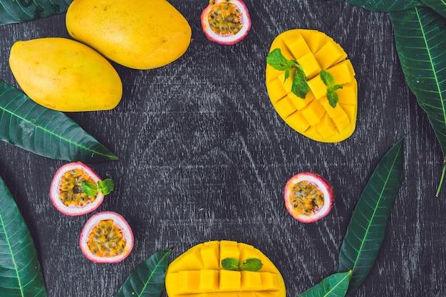 Mango en passievrucht op een oude houten tafel