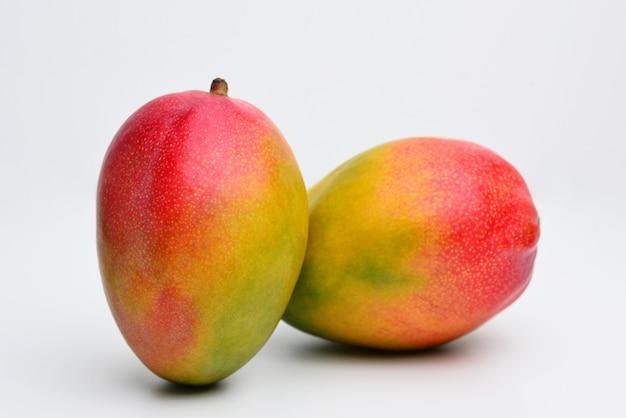 Mango geïsoleerd op een witte achtergrond met uitknippad
