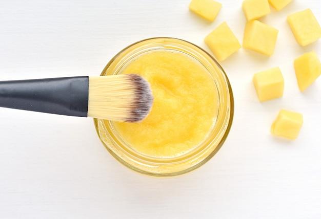 Mango gezichtsmasker, haarbehandeling, zelfgemaakte natuurlijke cosmetica.