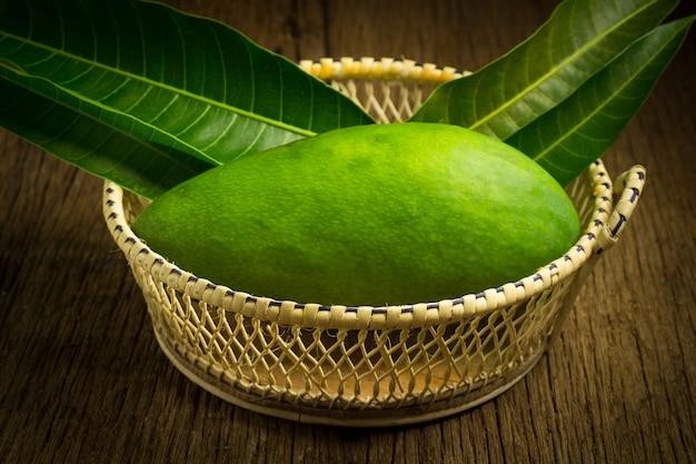 Mango groen in mand op hout. aziatische. ochtend-