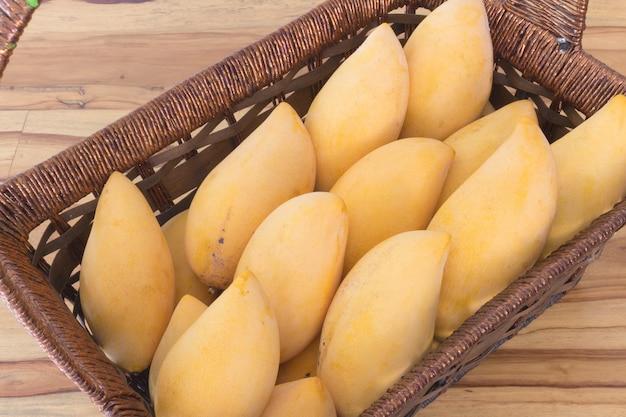 Mango in mand op tafelwijnoogst