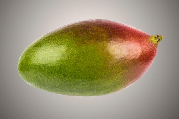 Mango jong fruit geïsoleerd op een grijze achtergrond