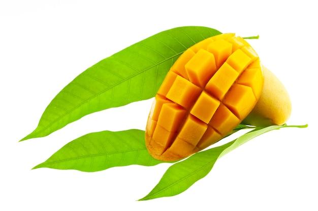 Mango met bladeren op wit worden geïsoleerd dat