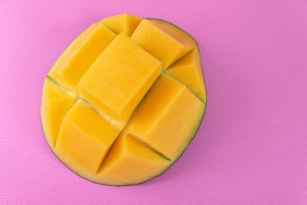 Mango op het roze oppervlak