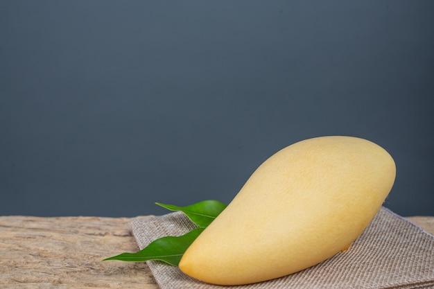 Mango op houten vloer geplaatst.