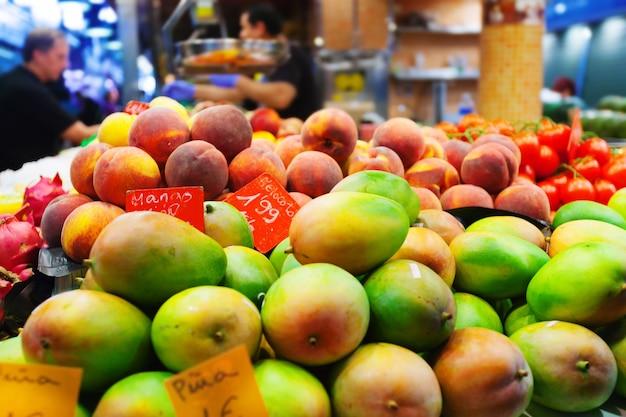 Mango's en andere vruchten op de toonbank
