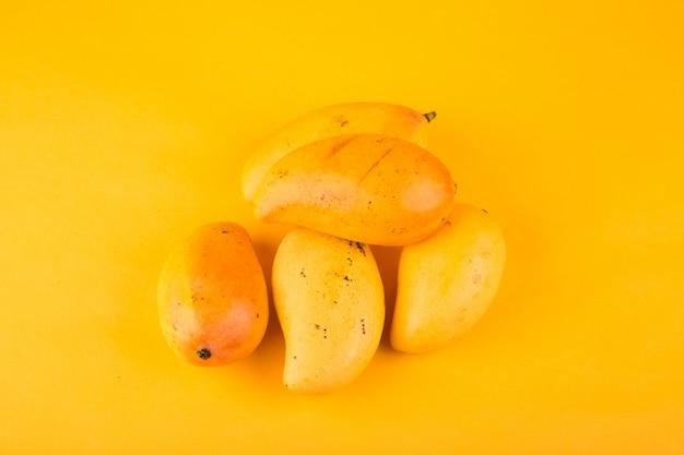 Mango's op een gele achtergrond