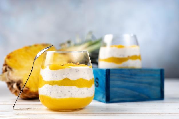 Mango smoothie met yoghurt in twee glazen